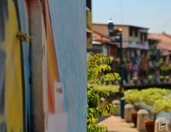 Lifestyle. With nice promenades along the river and the canals Malacca has spots to sit down, relax and just look at all the colorful graffiti on the houses. Where is a better place to hang out behind the hostel and drink some beers with an group of Malaysians?